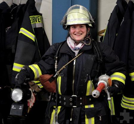 Und fertig! 17 Kilogramm auf dem Rücken, die schwere Spritze in der Hand – Sandra Lüttgen war erstaunt, wie viel die Feuerwehrleute schleppen müssen. Foto: Thomas Schmitz/pp/Agentur ProfiPress