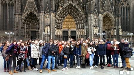 Gruppenfoto vor dem Kölner Dom: Schüler aus Steinfeld und dem elsässischen Zillisheim beim Ausflug nach Köln. Foto: Privat/pp/Agentur ProfiPress