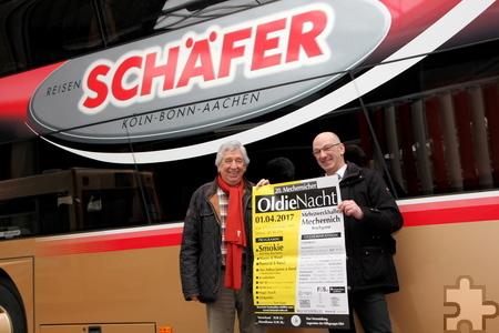 Willi Greuel (l.) von der Hilfsgruppe Eifel und Guido Bauer von Schäfer-Reisen freuen sich schon auf die 20. Mechernicher Oldie-Nacht am 1. April. Foto: Thomas Schmitz/pp/Agentur ProfiPress