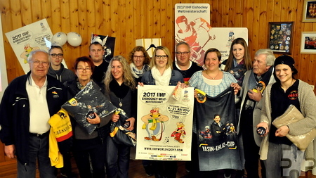 Maike Wilkens (Mitte) war die glückliche Gewinnerin der beiden Eintrittskarten zum Eishockey-WM-Eröffnungstag. Neun weitere Gewinner bekamen Fanartikel des Deutschen Eishockey-Bundes. Links im Bild der aus Kall stammende WM-Botschafter Dieter Züll. Foto: Reiner Züll/pp/Agentur ProfiPress