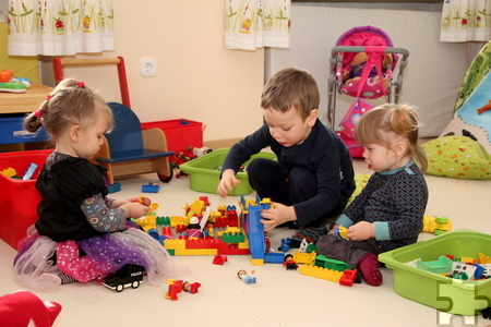 Auch mit dem dänischen Spielzeugklassiker spielen die Kinder sehr konzentriert im Kaller Spatzennest. Foto: Thomas Schmitz/pp/Agentur ProfiPress
