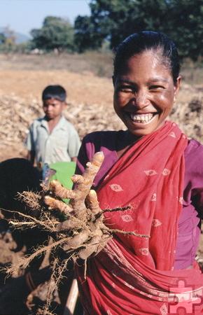 Stolz präsentiert diese Frau ihre Ernte. Foto: Franz Richter/pp/Agentur ProfiPress