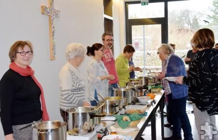 """Aus einer ganzen Armada von Suppenkesseln konnten Gäste beim Kommerner """"Suppensonntag"""" nach Geschmack ihr Essen wählen. Foto: Privat/pp/Agentur ProfiPress"""