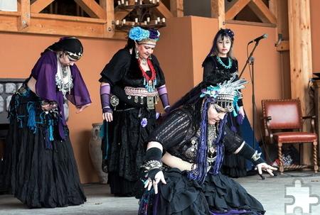 Beim Gothic-Szenemarkt auf Burg Satzvey am Sonntag, 12. März wird auch orientalischer Tanz geboten. Foto: Marco Aversano/pp/Agentur ProfiPress