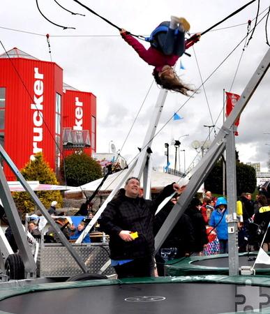 Auf einem Trampolin konnten die Kinder große Sprünge machen. Foto: Reiner Züll/pp/Agentur ProfiPress