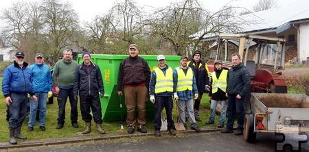 Robert Ohlerth (l.), Ortsvorsteher und Vorsitzender der Dorfgemeinschaft Kallmuth, mit den Helfern beim Umwelttag. Foto: Privat/pp/Agentur ProfiPress