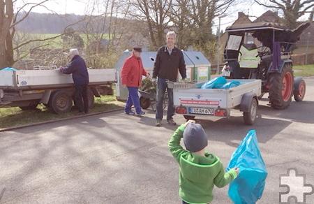 Auch Kinder sammelten Müll beim Umwelttag Lorbach, in der Mitte hinten am Traktor Ortsvorsteher Dieter Friedrichs, der die ganze Aktion initiiert hatte. Foto: Privat/pp/Agentur ProfiPress