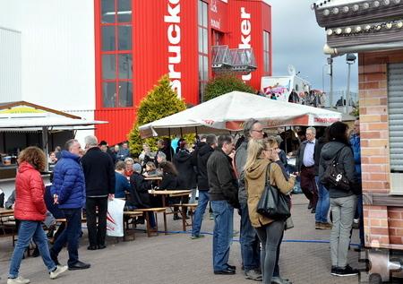 Obwohl das Wetter unsicher war, bummelten sonntags zahlreiche Besucher über den Frühjahrsmarkt vor dem Möbelhaus Brucker. Foto: Reiner Züll/pp/Agentur ProfiPress