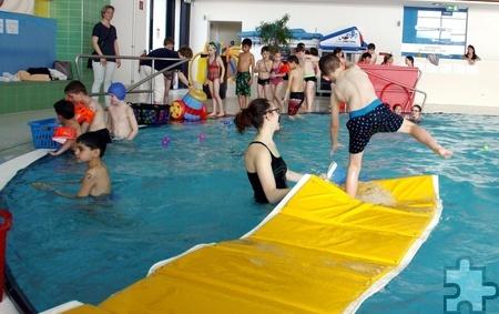Über Wasser laufen konnten die Kinder, die noch nicht schwimmen können. Foto: Stephan Everling/pp/Agentur ProfiPress