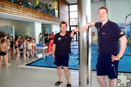 Christian Mundt (r.) und Peter Jansen vom Vorstand der DLRG-Ortsgruppe Mechernich hatten die Oberaufsicht beim Sponsorenschwimmen der Mechernicher Grundschulen. Foto: Stephan Everling/pp/Agentur ProfiPress