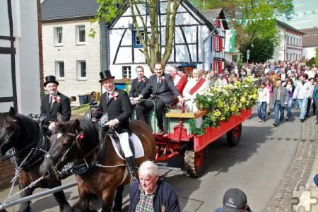 Der Sakramente-Wagen mit Geistlichkeit und Kommunionkindern wird stets von einem Kaltblüter-Pferdegespann gezogen. Archivfoto: pp/Agentur ProfiPress