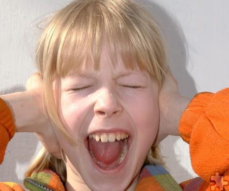 Dem Verhalten eines Kindes Grenzen zu setzen, fällt Eltern oft schwer. Wie man ein gesundes Maß findet zwischen gewähren lassen und Regeln, vermittelt ein Kurs im Familienzentrum in Bad Münstereifel. Foto: S. Hofschlaeger/pixelio/pp/Agentur ProfiPress