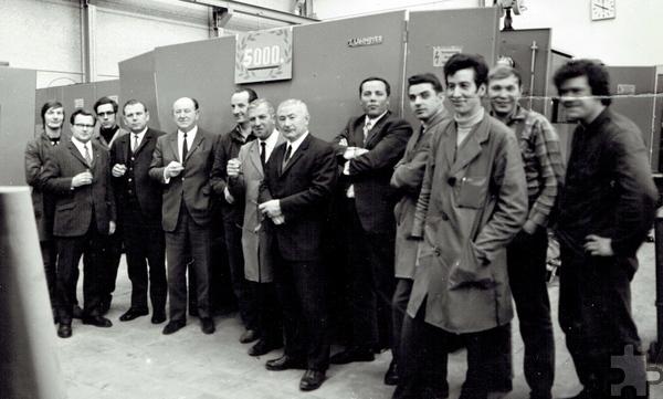 Mitarbeiter von Lahmeyer, darunter auch Günter Liebertz (3.v.l.) posierten vor der 5000. gefertigten Lahmeyer-Compactstation. Repro: Sarah Winter/pp/Agentur ProfiPress
