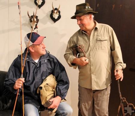 Angler Rudi (Klaus Schmidtke) und Jäger Hermann (Franz Vitt) sorgen für mächtigen Trubel um zwei italienische Schönheiten. Foto: Privat/pp/Agentur ProfiPress