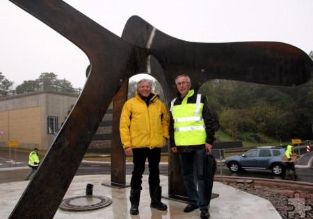 Im Dunkeln steht nun das Kunstwerk von Günter Preuß (l.), hier mit Helmut Schmitz bei der Installation im Oktober vergangenen Jahres. Foto: Thomas Schmitz/pp/Agentur ProfiPress