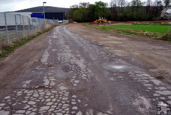 """Komplett erneuert wird die stark beschädigte und darüber hinaus zu schmale Straße im Satzveyer Gewerbepark """"Am Billig"""". Foto: Renate Hotse/pp/Agentur ProfiPress"""