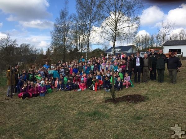 Symbolisch pflanzten Eifeler Erstklässler der Grundschule Dahlem jetzt zwei Fichten ein. Foto: Gemeinde Dahlem/pp/Agentur ProfiPress