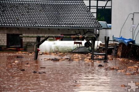 Beim Unwetter im Juli lief in Bleibuir ein tiefer gelegenes Grundstück voll Wasser, auf dem sich unter anderem ein Gastank befindet. Das gestapelte Brennholz machte sich selbstständig. Foto: Sarah Winter/pp/Agentur ProfiPress