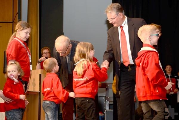 Die kleinsten Helfer waren sichtlich beeindruckt von den Gratulanten Landrat Günter Rosenke und Bürgermeister Dr. Hans-Peter Schick. Foto: Sarah Winter/pp/Agentur ProfiPress