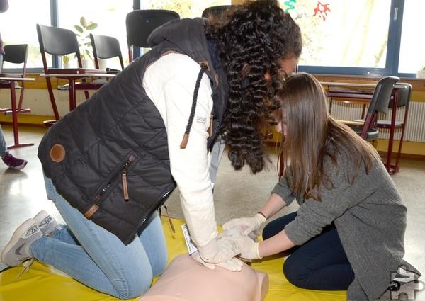 """Ein wichtiger Bestandteil der Ersten Hilfe ist die Herz-Lungen-Wiederbelebung. Hier praktizieren die Schulsanitäter die """"Zwei-Helfer-Methode"""". Foto: Sarah Winter/pp/Agentur ProfiPress"""