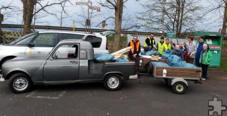 Mitglieder des Renault Oldie Clubs und weitere Roggendorfer sammelten Müll im und rund um das Dorf ein. Foto: Privat/pp/Agentur ProfiPress