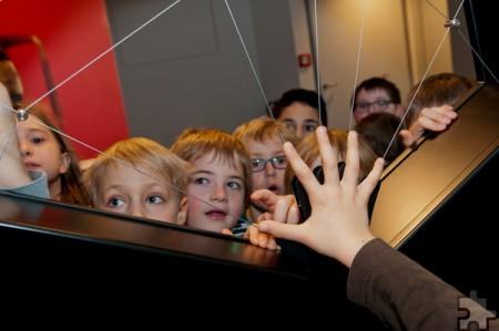 Beute im Netz. Mit großer Begeisterung empfinden Kinder den Tastsinn der Spinne nach. Foto: Roman Hövel/Vogelsang IP/pp/Agentur ProfiPress