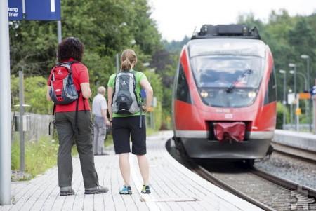 Wer mit Bus und Bahn im und um den Nationalpark Eifel unterwegs ist, für den gibt es eine neue kostenlose Broschüre rund um den öffentlichen Personennahverkehr sowie die damit erreichbaren Wanderrouten. Foto: Nordeifel Tourismus GmbH/pp/Agentur ProfiPress