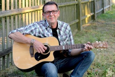 """Der Gitarrist und Sänger Georg Kaiser konzertiert am 29. April mit """"Irish Folk & More"""" im Mechernicher """"Gardestüffje"""". Foto: Veranstalter/pp/Agentur ProfiPress"""