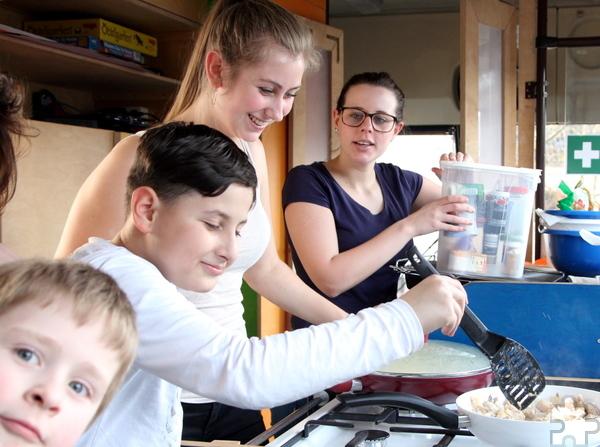 Jeder will mitkochen und den beiden ehrenamtlich tätigen jungen Frauen helfen. Foto: Thomas Schmitz/pp/Agentur ProfiPress