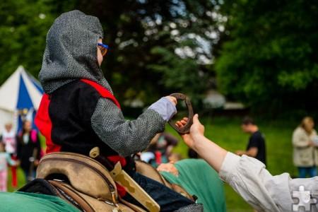Beim Kinderritterfest auf Burg Satzvey am Wochenende, 27. und 28. Mai, können sich kleine Knappen bei der Schnitzeljagd im Ritterlager beweisen. Foto: Burg Satzvey/Mike Göhre/pp/Agentur ProfiPress