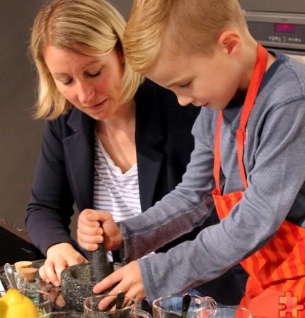 Ernährungsberaterin Melanie Frey erklärte den Kindern die Verwendung von Kräutern. In einem Mörser konnten die Kids getrocknete Gewürze  selbst mischen und zerkleinern. Foto: Reiner Züll/pp/Agentur ProfiPress