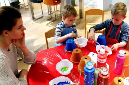 Bevor die Kinder die Pflanztöpfe mit Erde füllten, malten sie die Gefäße bunt an. Foto: Reiner Züll/pp/Agentur ProfiPress