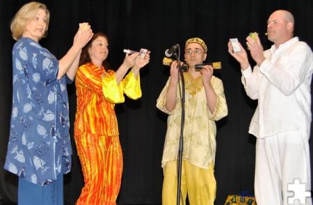 """Auch mit Alltagsgegenständen wie Streichholzschachteln musizierten die vier Darsteller des Kölner Musiktheaters """"Confettissimo"""". Foto: Renate Hotse/pp/Agentur ProfiPress"""