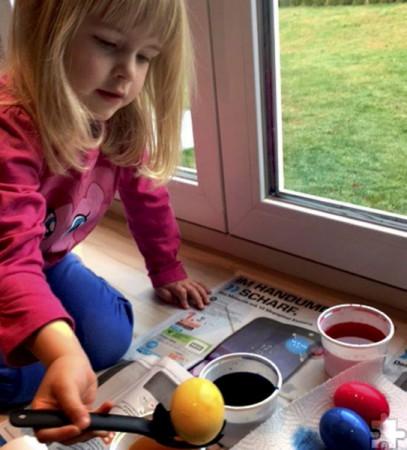 Kinder können am Samstag, 8. April, im Möbelhaus Brucker selbst Ostereier färben. Foto: Bianca Züll/pp/Agentur ProfiPress