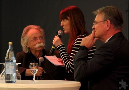 """Ex-""""Hobbythek""""-Moderator Jean Pütz (v.l.) im Gespräch mit WDR-4-Moderatorin Carina Vogt und Günter Rosenke, Landrat des Kreises Euskirchen. Foto: Thomas Schmitz/pp/Agentur ProfiPress"""