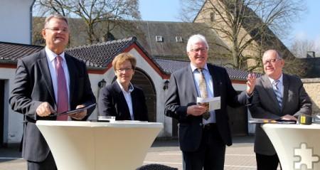 Stellten den Wanderbus vor (v.l.): Landrat Günter Rosenke, Iris Poth (Nordeifel Tourismus), Kalls Bürgermeister Herbert Radermacher und Eugen Puderbach (RVK). Foto: Thomas Schmitz/pp/Agentur ProfiPress