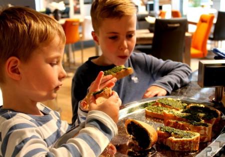 Nach getaner Arbeit ließen sich die Kinder die Basilikum-Pesto schmecken, die Ernährungsberaterin Melanie Frey als Beispiel für die Verwendung von Kräutern angerichtet hatte. Foto: Reiner Züll/pp/Agentur ProfiPress