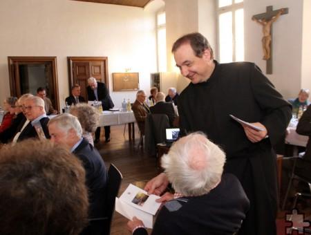 Nach guter Tradition stimmte Pater Paul Cyrus, der zweite Vorsitzender des Vereins, mit einem gemeinsamen Gebet auf die Mitgliederversammlung ein. Die Gebete verteilte er vorab auf Papier. Foto: Kirsten Röder/pp/Agentur ProfiPress