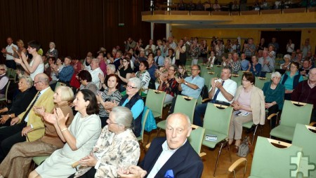 Erst standen einige, dann alle Zuhörer nach dem letzten Akkord dieses fulminanten Benefizkonzertes der Rheinischen Bläserphilharmonie in Gemünd. Foto: Manfred Lang/pp/Agentur ProfiPress