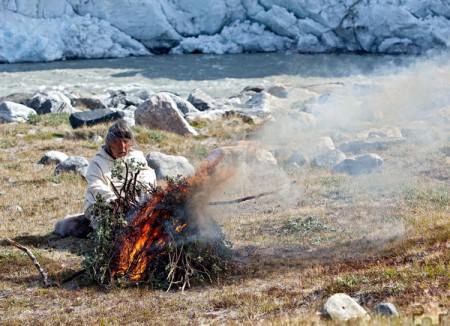 Der bekannte Eskimoschamane Angaangaq Angakkorsuaq bei der Feuerzeremonie, die Sven Nieder und Angela Babel in einem Bildband festgehalten haben. Fotos: Sven Nieder