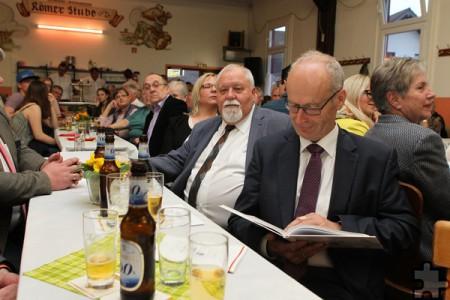 """Bürgermeister Dr. Hans-Peter Schick blättert in der Chronik """"1150 Jahre Eiserfey"""", neben ihm CDU-Fraktionschef Peter Kronenberg. Foto: Franz Küpper/pp/Agentur ProfiPress"""