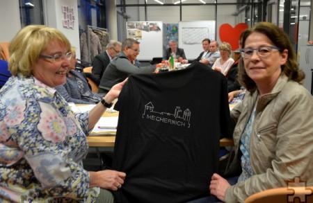 Margret Eich (l.) und Petra Himmrich mit dem neuen T-Shirt, das die Skyline von Mechernich zeigt. Michael Nielen/pp/Agentur ProfiPress