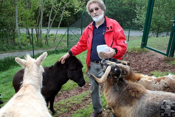 Reiner Bauer, Vorsitzender des Tierschutzvereins Mechernich, mit den vierbeinigen Schützlingen.
