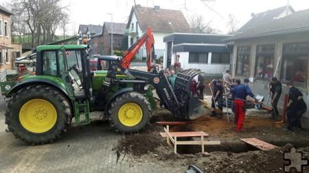 Bis zu 20 freiwillige Helfer packen bei den Bauarbeiten an der Iversheimer Straße kräftig mit an. Auch schweres Gerät kommt zum Einsatz. Foto: Privat/pp/Agentur ProfiPress