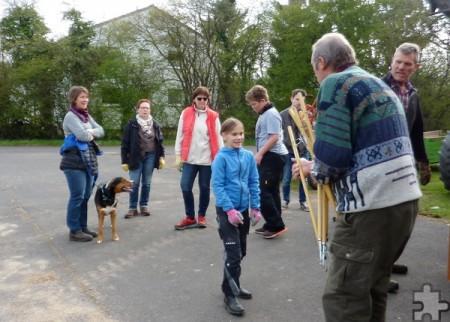 Mit Tüten und Müllzangen beteiligten sich rund 20 Helfer am Umwelttag in Holzheim. Foto: Privat/pp/Agentur ProfiPress