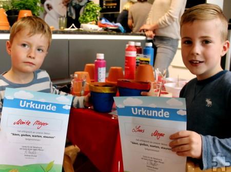 Stolz wie Oskar sind Moritz (links) und Linus auf die Urkunden, die sie nach der Kräuter-Aktion bekommen haben. Foto: Reiner Züll/pp/Agentur ProfiPress