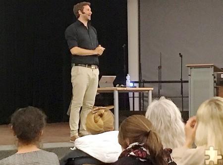 Ebenso unterhaltsam wie lehrreich war der Vortrag zum Thema Lernen, den Jürgen Möller vor 150 Eltern und Lehrer in der Steinfelder Schulaula hielt. Foto: Privat/pp/Agentur ProfiPress