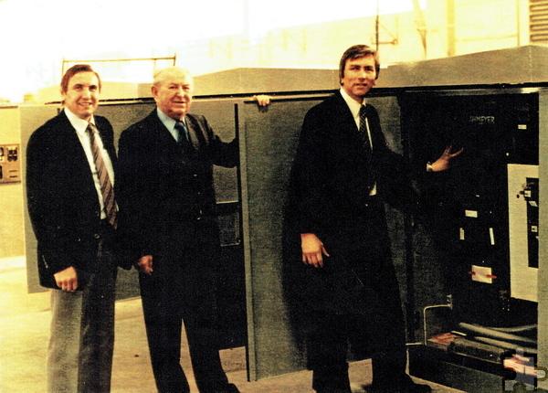 Die ehemaligen Chefs auf einem Bild vereint: Helmut Wagner (v.l., kaufmännischer Leiter), Hans Gugel (ehemaliger technischer Direktor) sowie dessen Nachfolger Hans-Helmar Werk, der das Werk von 1972 bis 2005 leitete. Repro: Sarah Winter/pp/Agentur ProfiPress