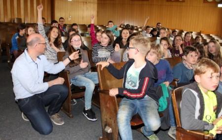 An Interesse mangelte es den HJK-Schülern nicht: Im Anschluss an die Lesung hatten sie mehr Fragen an Autor Ralf Kramp, als dieser beantworten konnte. Foto: Steffi Tucholke/pp/Agentur ProfiPress