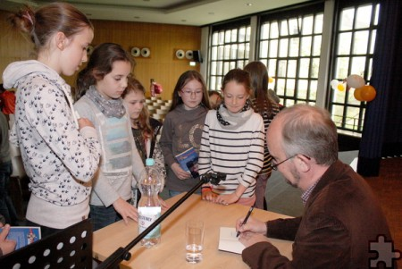Großer Andrang herrschte auch, als Ralf Kramp sich bereit erklärte, seine Bücher zu signieren. Foto: Steffi Tucholke/pp/Agentur ProfiPress